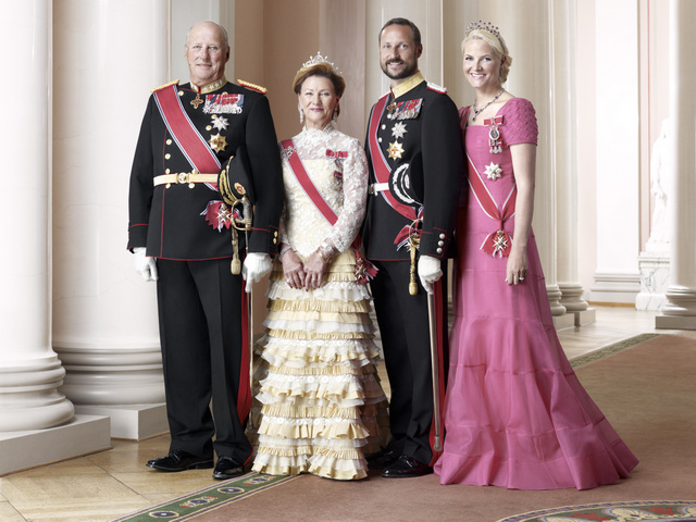 King Harald V, Queen Sonja, Crown Prince Haakon, and Crown Princess Mette-Marit. Photo: Sølve Sundsbø / Det kongelige hoff.
